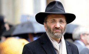 Confronté à une nouvelle affaire de plagiat, le Grand rabbin de France Gilles Bernheim commençait mardi à être lâché par son entourage, qui attendait de lui des explications sur ces accusations.