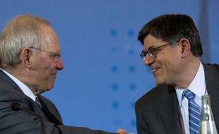 """Le secrétaire américain au Trésor Jack Lew a appelé mardi les pays qui en avaient """"la capacité"""" à soutenir la demande des consommateurs pour donner un coup de pouce à la conjoncture, lors d'une conférence de presse avec son homologue allemand Wolfgang Schäuble."""
