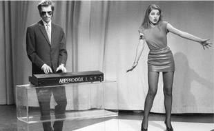 Jacno avec une Gauloise (habitude qui lui vaut son surnom, Marcel Jacno ayant dessiné le casque ailé de ces paquets de cigarettes, puis avec Elli Medeiros.
