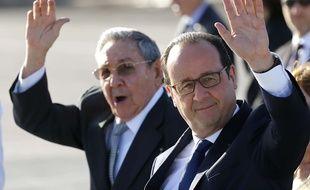 Raul Castro et François Hollande saluent les photographes à Cuba, le 12 mai 2015.