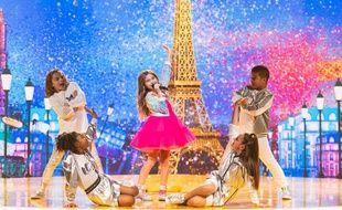 Valentina, entourée de ses danseurs et danseuses, à l'Eurovision Junior 2020.