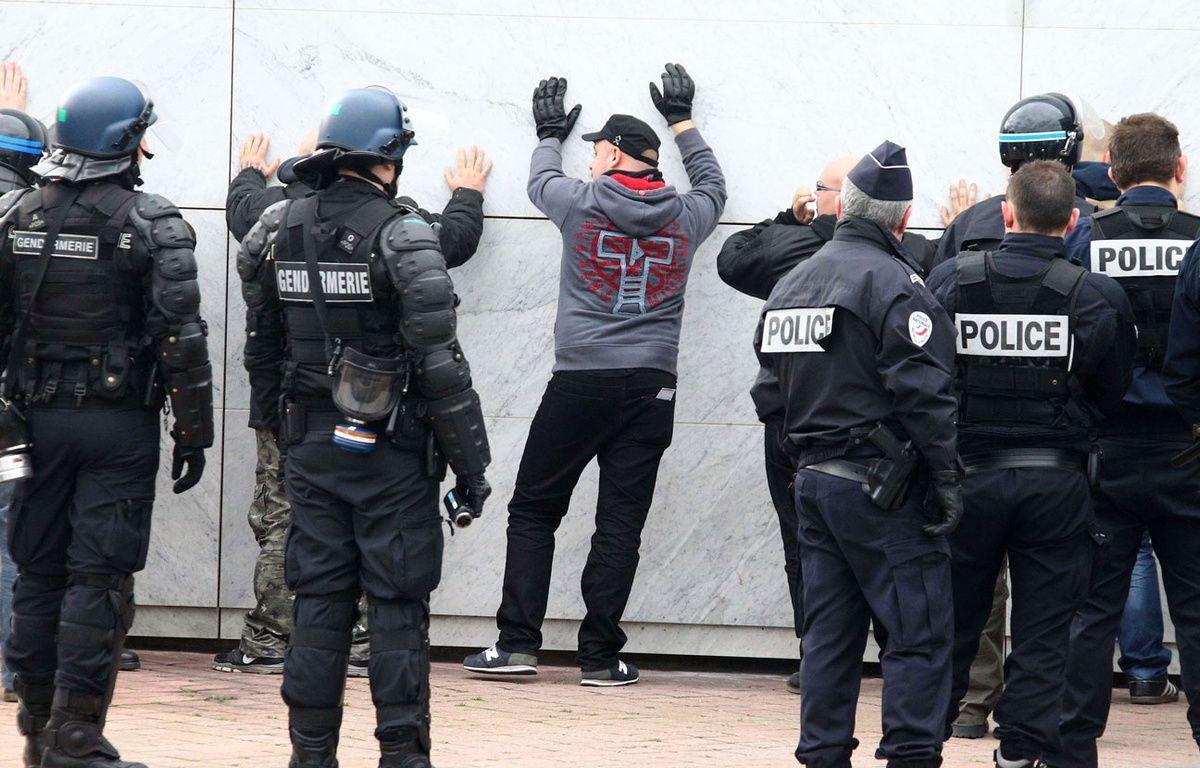 Manifestation anti-migrants à Calais, le 6 février 2016. – SIPA