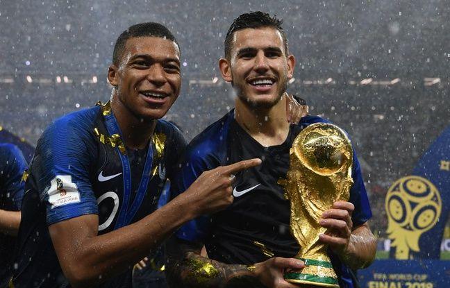 VIDEO. Coupe du monde 2018: Câlin avec un sapin... Lucas Hernandez a très bien fêté le titre de l'équipe de France