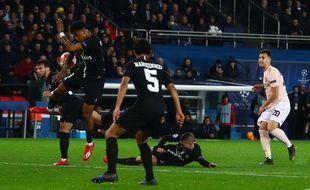L'action où Kimpembe touche le ballon de la main, permettant à Manchester United de marquer sur penalty et se qualifier pour les quarts de finale de la Ligue des champions.