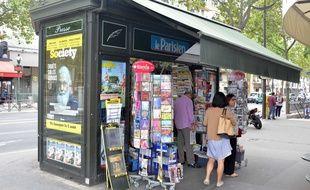 Un kiosque à journaux parisien.