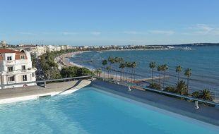 Cannes, vu du toit avec piscine de l'hôtel Majestic, en février 2015.