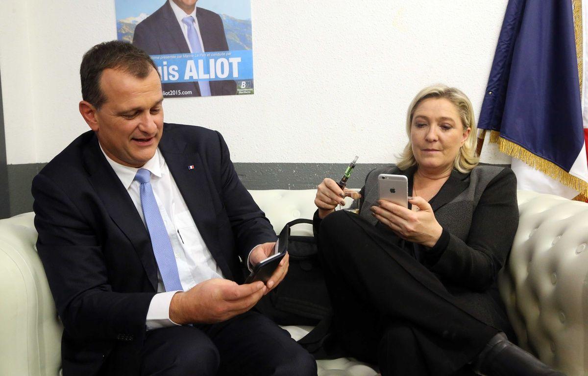 Louis Aliot et Marine Le Pen, un couple en campagne, le 2 décembre 2015 après un meeting à Nîmes avant les élections régionales. –  APERCU/SIPA