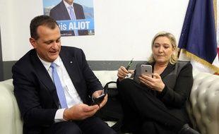 Louis Aliot et Marine Le Pen, un couple en campagne, le 2 décembre 2015 après un meeting à Nîmes avant les élections régionales.
