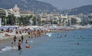 Des touristes se baignant dans la mer Méditerranée, à Nice.