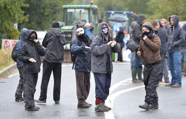 Des opposants au projet d'aéroport sur la ZAD de Notre-Dame-des-Landes, mardi matin. AFP / J-FR MONIER