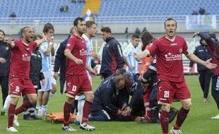 Les médecins de Livourne autour du corps de Piermario Morosini, victime d'une crise cardiaque ce samedi face àPescara.