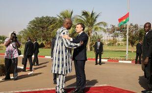 Emmanuel Macron accueilli par le président Roch Marc Christian Kaboré à Ouagadougou, le 28 novembre 2017.