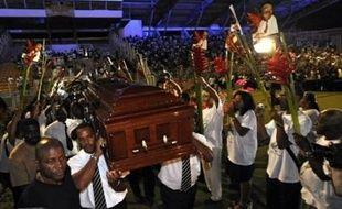 Des dizaines de milliers de Martiniquais ont dit adieu vendredi dans une ambiance chaleureuse au poète Aimé Césaire, dont la dépouille a été acheminée à travers Fort-de-France, principale ville de l'île française de la Martinique, jusqu'au stade de Dillon où doivent avoir lieu dimanche ses obsèques nationales.