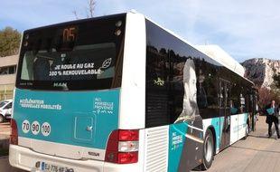 Un bus de la RTM roulant au gaz, sur le site de l'usine de biométhane