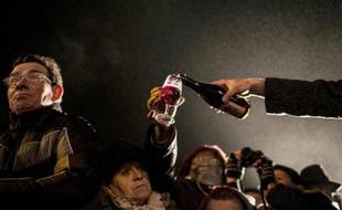 """Des visiteurs célèbrent le """"Beaujolais nouveau"""" à Beaujeu, dans le Rhône, Illustration"""