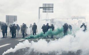 Sur le pont bloqué de Saint-Nazaire, des échauffourées ont éclaté entre manifestants et forces de l'ordre.