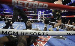 Deontay Wilder au tapis, très sèchement battu par Tyson Fury pour le titre WBC des lourds, le 23 février 2020 à Las Vegas.
