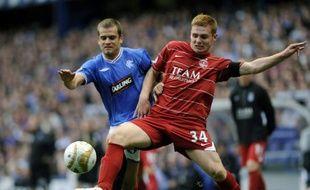 Recrue estivale des Glasgow Rangers, Jérôme Rothen (à gauche) dispute le ballon au joueur d'Aberdeen Fraser Fyvie.