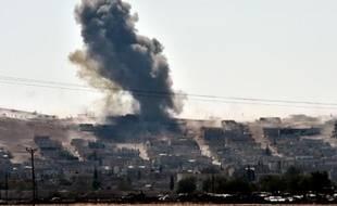 De la fumée s'élève au-dessus de la ville kurde de Kobané, le 6 octobre près de la frontière avec la Turquie