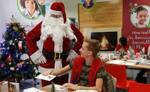 """Le """"secrétariat du Père Noël""""  met les bouchées doubles pour répondre à un million de lettres le 18 décembre 2015 à Libourne"""