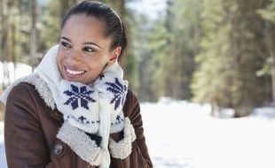 Illustration d'une femme en train de se protéger du froid.