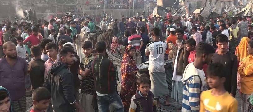 Des habitants désemparés, après le violent incendie survenu dans la nuit du dimanche 17 février 2019 dans un bidonville de Chittagong (Bangladesh).