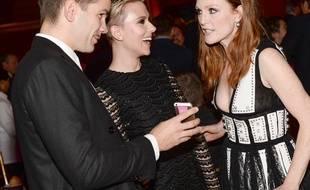Scarlett Johansson entourée de son mari Romain Dauriac et de l'actrice Julianne Moore, le 1er décembre 2014, à New York.