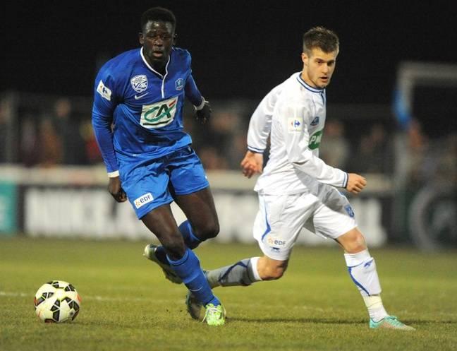 Abdoulaye Touré (en bleu) face à l'AJ Auxerre.