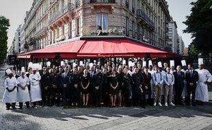 Les employés du Fouquet's posent devant la brasserie avant sa réouverture, à Paris, le 13 juillet 2019.