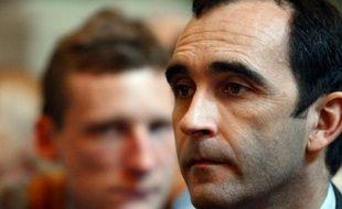 Jean-François Abgrall, le gendarme qui a confessé Francis Heaulme attend avant de témoigner lors d'un procès, à Lyon en2002.