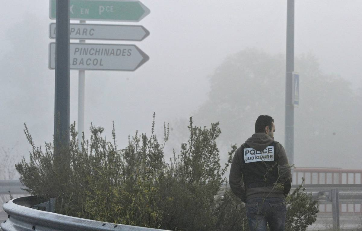 Un policier recherche des indices, le 28 Novembre 2011 à Vitrolles, à proximité des lieux du drame.  – Boris Horvat / Afp
