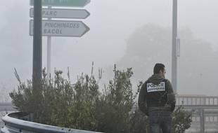 Un policier recherche des indices, le 28 Novembre 2011 à Vitrolles, à proximité des lieux du drame.