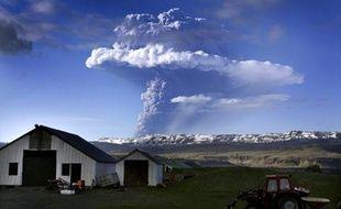 De la fumée s'élève le 21 mai 2011 au dessus du volcan Grimsvoetn en Islande