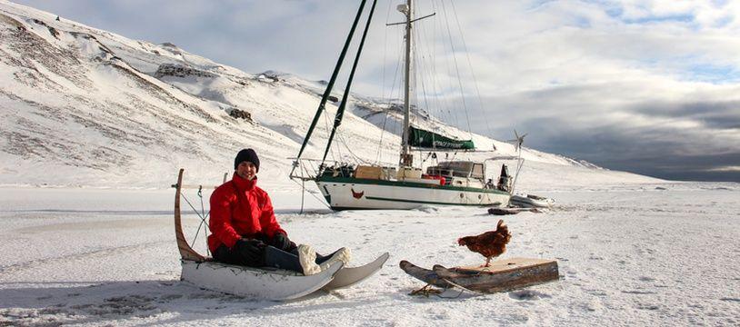 L'aventurier breton Guirec Soudée et sa poule dans le grand nord.