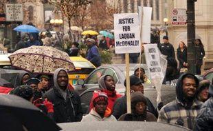 Des manifestants défilent le 27 novembre 2015 à Chicago pour réclamer justice après la mort d'un jeune Noir abattu par un policier blanc en octobre 2014