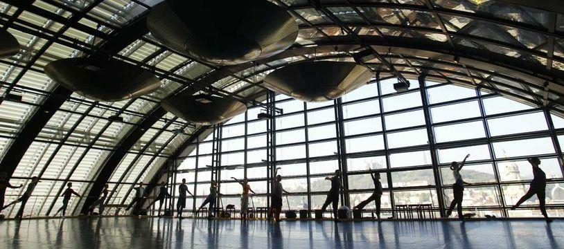 Danseurs et chorégraphes de rénom menacent l'Opéra de Lyon et exigent désormais la réintégration de l'ancien directeur du ballet licencié en février après sa condamnation pour discrimination.