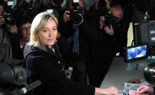 La candidate du Front national Marine Le Pen a voté dimanche en milieu de journée à Hénin-Beaumont (Pas-de-Calais) pour le deuxième tour de l'élection présidentielle.