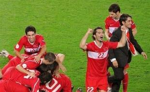 La Turquie s'est hissée pour la première fois de son La Turquie s'est hissée pour la première fois de son histoire en demi-finales de l'Euro de football, grâce à son succès sur la Croatie aux tirs au buts (3 à 1) (1-1 après prolongation; 0-0 à la fin du temps réglementaire) en quarts de finale, vendredi à Vienne.