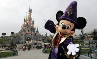 Le personnage de Mickey devant le château de la Belle au bois dormant à Disneyland, le 31 mars 2012