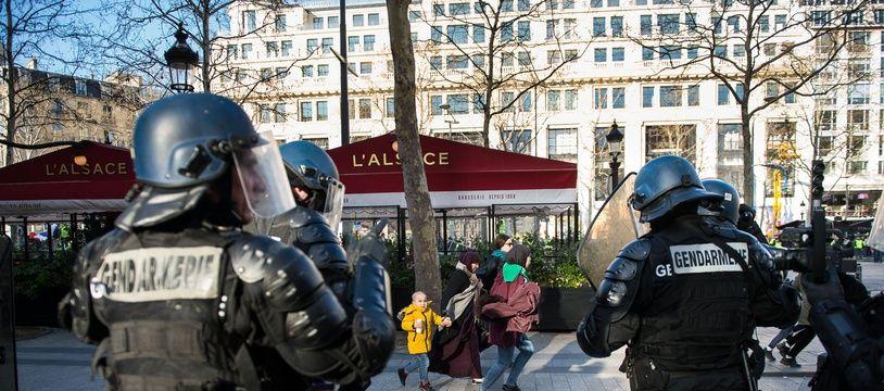 Des CRS sur les Champs-Elysées, le 16 mars 2019.