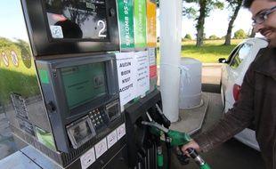 Illustration d'une station-service prise d'assaut en raison de la pénurie de carburant, ici à Vern-sur-Seiche.