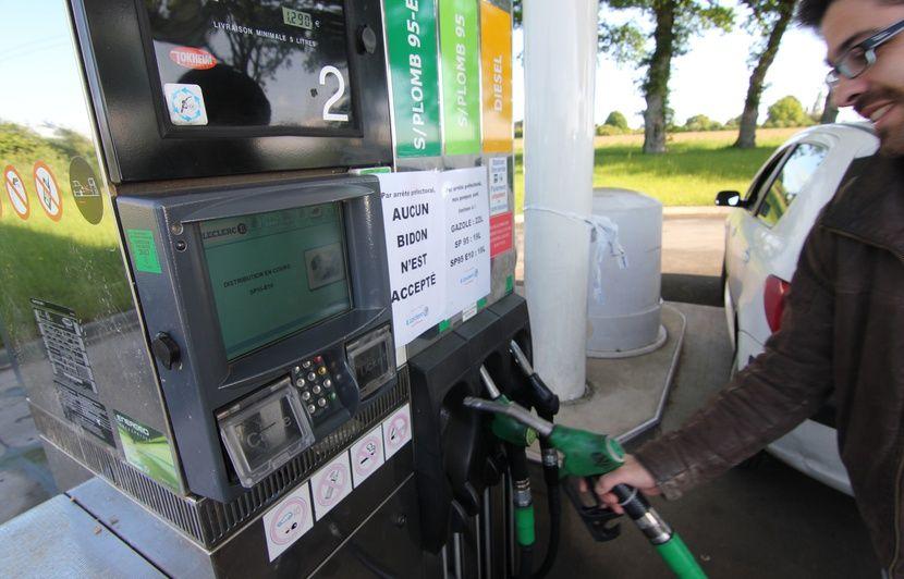 Bretagne: Les dépôts pétroliers débloqués, les livraisons se font attendre dans les stations