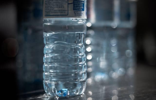 Projet de loi anti-gaspillage: Le Sénat dit non à la consigne 640x410_une-bouteille-d-eau-minerale-en-plastique-photo-d-illustration