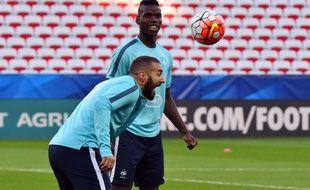 Paul Pogba et Karim Benzema à l'entraînement avec les Bleus le 7 octobre 2015.