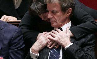 Fadela Amara congratule le ministre des Affaires étrangères Bernard Kouchner après sa réponse à l'opposition lors des traditionnelles questions aux gourvernement, Paris, le 4 février 2009.