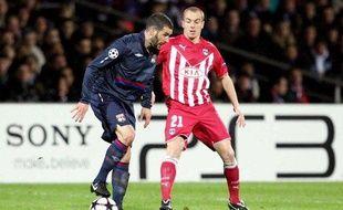 Le défenseur bordelais Mathieu Chalmé (en rouge), et l'attaquant lyonnais Lisandro Lopez lors du quart de finale de Ligue des champions aller du 30 mars 2010.