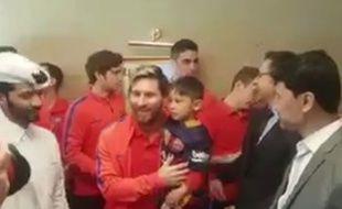 Lionel Messi avec Murtaza, l'enfant afghan fan du joueur du Barça, le 13 décembre 201.