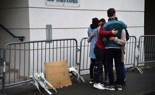 Des jeunes pleurent la mort de quatre personnes dans l'effondrement d'un balcon, le 16 octobre 2016 à Angers.