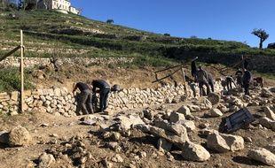 Le mur en pierre sèches réalisé au cours d'une formation dans le Var.