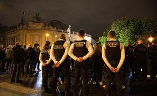 Des policiers réunis à Paris dans le 8e arrondissement, en hommage à leur collègue tué en service à Avignon en mai 2021.